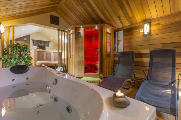ferienhaus mit jacuzzi und sauna f r 2 personen in ferri res. Black Bedroom Furniture Sets. Home Design Ideas