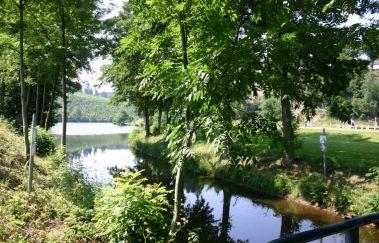 La vallée du lac et sa plaine de jeux à Neufchâteau-Sports et loisirs bis Provinz Luxemburg